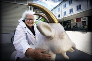 Hervor Sjödin vid statyn av geten Gullspira i Sollefteå.