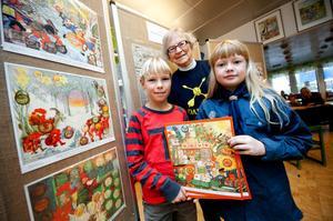 I samband med att Jesper Berg och Josefine Östberg börjat sälja årets adventskalender för scoutkåren ställer deras ledare Birgitta Bergström ut sin samling på biblioteket.