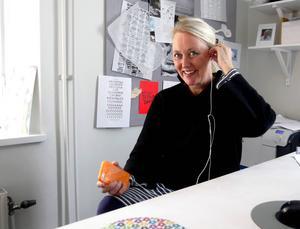 Lena Andersson kan återigen få ett fint designpris, sjhälv gillar hon Matisse, citroner och Puccini, men inte axelvaddar.