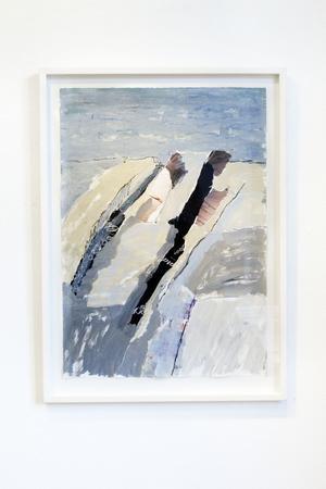 """Hemma hos havet. Lars Givell fortsätter utforska vattenlinjen och den eviga rörelsen i sin nya utställning på Gävles Galleri K. Bakom konstnären skymtar sviten """"En dag ett hav""""."""