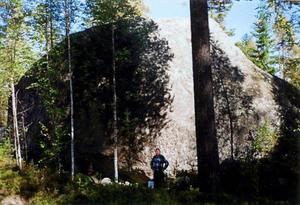 Här ses Ragnhildstenen i Överhogdal. Ett flyttblock i jätteformat. Här ses också Reijo Piesanen som blev tämligen liten i detta sällskap.