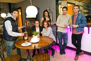 Elvis Jasarovski, Madelene Lidström, Andrijana Rusiti, Senada Selimovic, Ekrem Jasarovski och Lapi Berisha, har tillsammans med Alen Jasarevic (som inte är med på bilden) dragit igång en ny mötesplats för ungdomar mellan 18-25.
