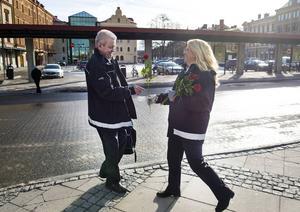 Mia Lyth passade på att ge en ros till Kenth Skoglund som var på väg till lunch.