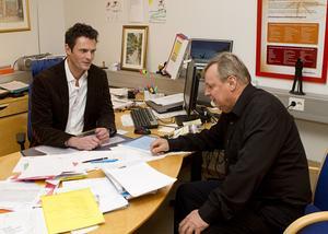 """Tätare kontakter. Arbetsförmedlingens service ska bli ännu bättre. Tätare kontakter med både arbetssökande och arbetsgivare utlovas. """"Den som kommer hit och söker arbete ska få ett jobbförslag med sig hem varje gång"""", säger chefen för Arbetsförmedlingen Hallstahammar-Surahammar, Nicklas Lantz, som här överlägger med arbetsförmedlaren Bernhard Randehall (närmast).Foto: JACKIE MEH"""