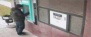 Bevakningsbilder från den här bankomaten i Gällivare visar att det tog 15 sekunder för gärningsmannen att rigga automaten med en provisorisk
