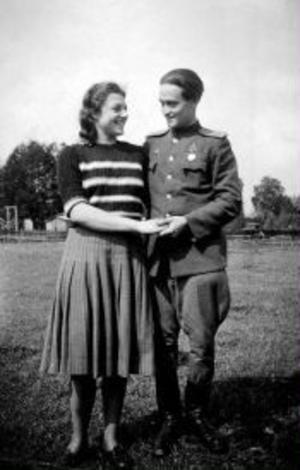 Litet av segerns sötma: Gelfand tillsammans med en tysk väninna.