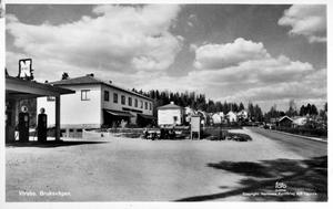 Kortet är taget på 1960-talet i Virsbo. Macken som låg längs Bruksvägen är borta och Ica-butiken har flyttat. I samma byggnad som matbutiken låg även sportaffären Spax.