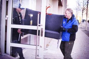 Arne Wallin och Jan Holm flyttar möbler till nya bingohallen i Teliahuset där ytan blir mindre men bättre anpassad.