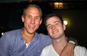 Blue Moon Bar. Kenyanen och Tobias