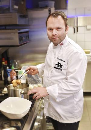 XX Lofotens kock Einar Hallstensen vid grytorna.   Foto: Jesper Zacharias