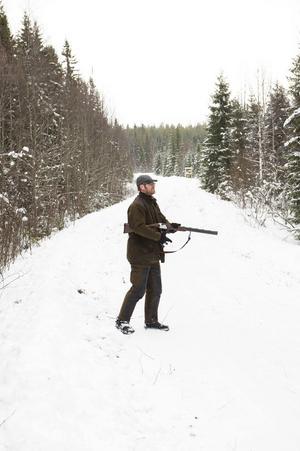 Kalle Duvemo står på span mitt i skogen i Stödetrakten.