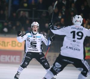 SAIK:s Linus Forslund och Patrik Nilsson jublar efter den förstnämndes 5–1-mål i fjärde semifinalmatchen mot Hammarby.