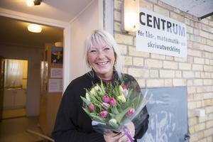 Barbro Wiklund blev både glad och överraskad över uppvaktningen med blommor..
