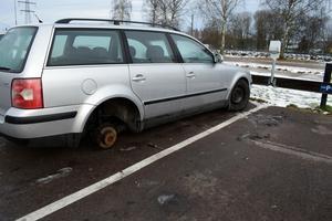En skruvmejsel har glömts kvar vid bilen där två hjul stals natten mot tisdag.