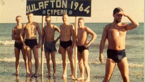 Julafton. Unga soldater firar julen på stranden.