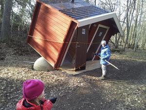Avstängt. Barnbarnen Nina och Stella Ehlin var med när Lars Ehlin besökte Ängsö och fotograferade toaletten som blev sned.