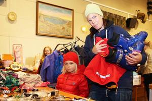 Hanna Eismo och dotterna Ellen letade sig över länsgränsen från Klövsjö för att fynda bland annat pjäxor.