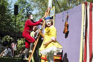 Manne gör föreställningen tillsammans med barnen Maria och Olle af Klintberg.