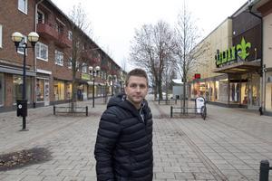 """Fagersta var en var en bra stad att växa upp i, lugn och trygg. Det var också därför jag flyttade tillbaks, tycker Marino Wallsten. """"Sedan håller jag med, centrum behöver något mer för att bli mer levande. Kanske fler butiker, kaféer och uteserveringar"""", säger han."""