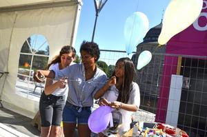 De många ballongerna fylls med helium av Lisa Sjögren, Judith Frempomaa och Filippa Bruno.
