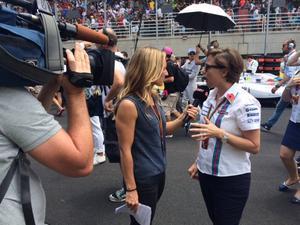 Söndag 13.30: intervjuer med teamchefer på startgriden inför Brasiliens GP. Här med Claire Williams.