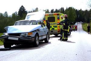 Plåtskador. Föraren i den blå Saaben körde in i framförvarande bil med släp. Ingen av de tre inblandade personerna kom till skada vid kollisionen.
