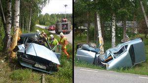 Bilen mosades - men 18-åringen klarade sig med lättare skador.