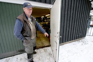 Lars-Olov gläntar på dörren till garaget.