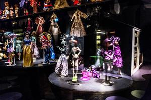 I den här montern trängs lite äldre varianter av barbiedockor med så kallade Bratz-dockor och Monster High-dockor.