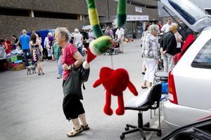 En salig blandning av leksaker, porslin, kläder och möbler var till salu på söndagens bakluckeloppis.