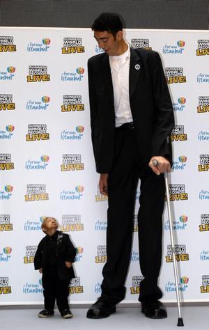 Världens kortast man, He Pingping (74 centimeter), tillsammans med världens längsta, Sultan Kosen (246 centimeter). Nu har He Pingping avlidit.