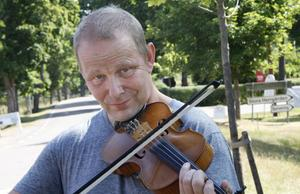 – Folkmusik appellerar både till utövare och goda lyssnare, säger fiolspelande arrangören Mats Rönnelid.