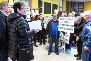 Hamrånges PRO-förening protesterade i Gävle stadshus i veckan.