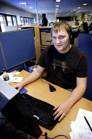 Daniel Gille håller inte med om kritiken mot arbetsgivaren. Han trivs med jobbet på Försäkringskassans kundcenter i Gävle.