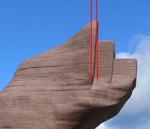 Linjen vid björnens öron var vid invigningen lodräta. I dag har den framtunga konstruktionen fört med sig att huvudet börjar vinkla neråt.