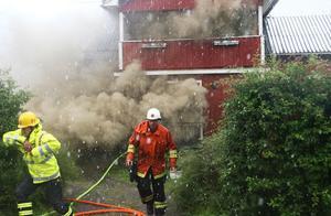 Räddningsledare Per-Ove Johansson får besked att det finns ammunition i huset. Nu visade det sig dessbättre bara vara jaktammunition.