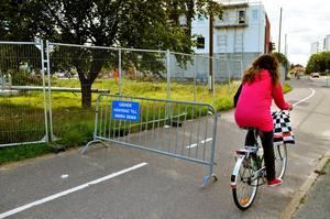 Vid bandybanan. Ska man cykla eller gå här?