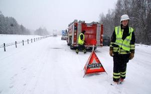 Här vid Solvarbo spärrades riksvägen av efter olyckan och trafiken leddes ned på avfarten mot Solvarbo.  FOTO: SYLVIA KJELLBERG