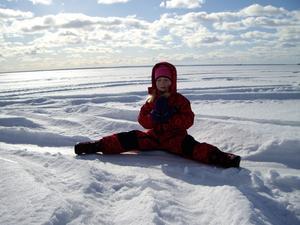 Emma mediterar på Hjälmarens is.Det behöver Emma ibland för det finns massor med spring i hennes 6-årsben.Emma är en dansant tjej det kan man se då spagat är en enkel grej.