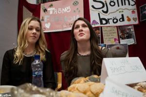 Felicia Göthe, 14 år, och Isabell Sjödin, 14 år, tog med sig egenbakat bröd från sin praktikplats Sjölins bageri.