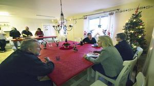 Magnus Lagerqvist diskuterar med Skinnskattebergs kommunalråd Carina Sándor om hur viktig den dagliga verksamheten Lotsen är för hans och andras välmående. I bakgrunden syns Gunbritt Norén i samtal med närpolischefen Eva Lindberg.