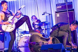 John Lindberg Trio, JLT, rockar loss i Tännäs. John Lindberg sång och gitarr, Olle Tjern på trummor och Chris Bergström på kontrabas serverade rå och hämningslös rock.