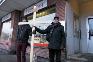 Andreas Helgesson och Oliver Sundström höll upp träkorset vid Södra torget, där passionsvandringen började.