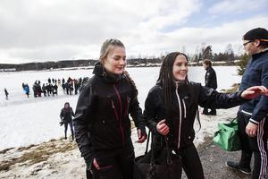 Julia wikström och Emilia Nilsson från Stenhareskolan hoppade också i vattnet.