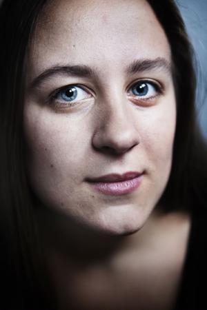 Alexandra Loonin skriver med nerv, driv, tempo och stor känsla för dramatik.