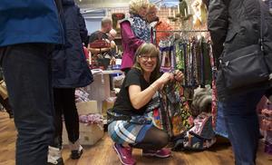 Canilla Westlund från Hede färg och måleri visar färggranna kjolar.