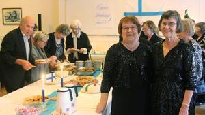 Folkets hus i Fagersta. Irja Löytynoja och Helinä Myllylä intill det uppdukade bordet med kareliska piroger och annat gott.