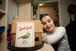 Leyla Jasharli visar upp familjens pepparkakshus som hon har varit med och byggt.