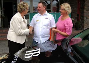 Taxiägaren Roger Andersson i Sälen ser stora fördelar med taxiavtalet som öppnar en ny marknad och han handtackade ministrarna som skrev under avtalet. Foto:Anders Mojanis