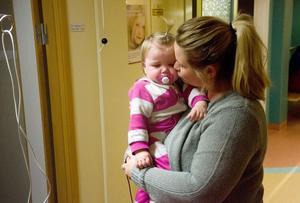 Trots den tuffa sjukdomen, som gör att henne orkeslös, beskriver mamma Anna Rikner sin dotter Alice som världens gladaste barn som kämpar på så gott hon kan.